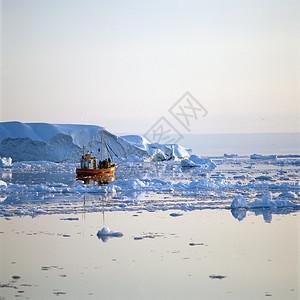 格陵兰迪斯科湾冰水中的渔船图片
