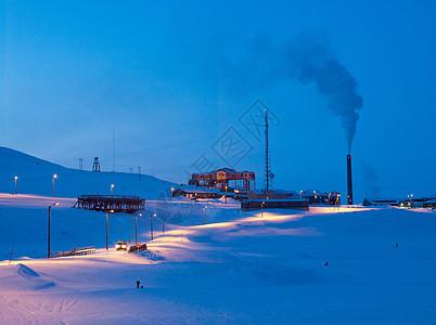 朗伊尔拜恩郊区的一个工作矿井和发电站图片