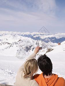 青年夫妻雪山上自拍图片