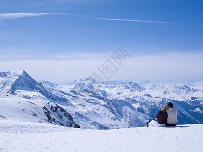 一对情侣坐在雪地里拥抱图片