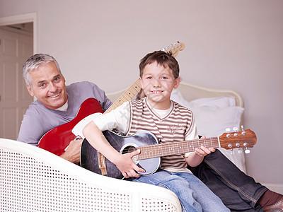 爸爸和儿子在床上弹吉他图片
