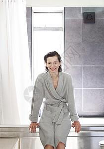 穿着浴衣坐在浴缸旁边的女人图片