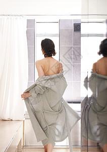 穿着浴衣去洗澡的女人图片