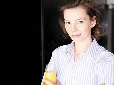 中年女性喝橙汁图片