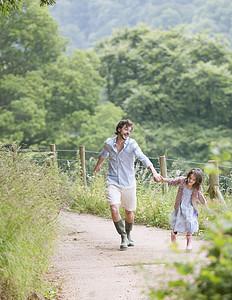 父亲与女儿户外郊游图片