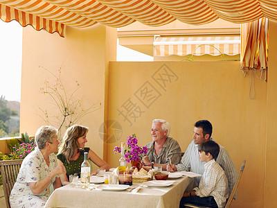 一家五口餐桌吃饭图片