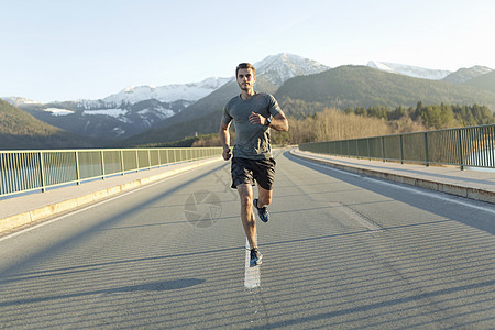 男性跑户外跑步图片