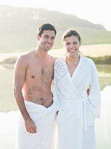 湖边裹浴巾情侣图片