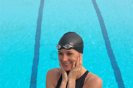 女游泳运动员站在池边微笑图片