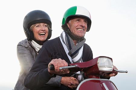 老年夫妇骑电动车图片
