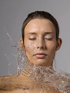 女性泼水洗脸图片