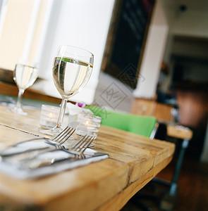餐桌上的一杯葡萄酒图片