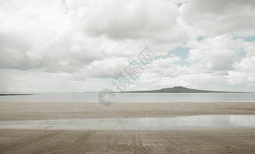 阴天下的空沙滩图片