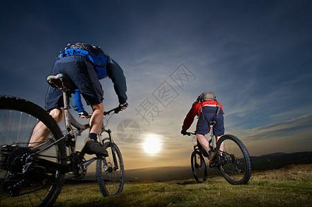 两个山地自行车手一起骑图片