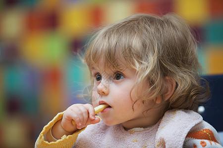 女孩吃饭图片