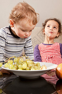 男孩和女孩吃水果图片