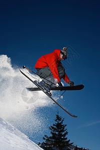滑雪者跳入空中图片