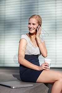 带手机笔记本电脑和咖啡的女性图片