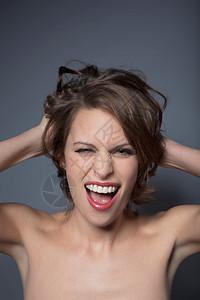 大喊的女人图片