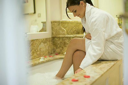 在洗脚的女性图片