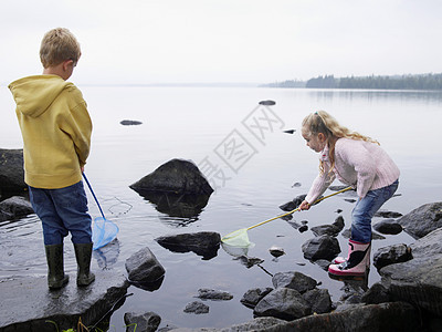 大石头上的男孩和女孩图片