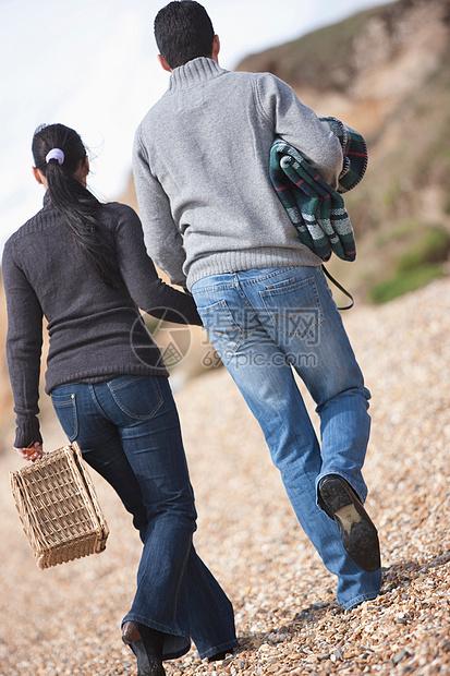 一对去野餐的夫妇图片