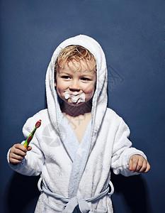 拿着牙刷满嘴泡沫的年轻女孩图片