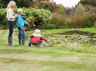池边玩耍的一家人图片