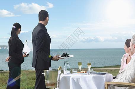 海景餐厅欣赏风景的夫妇图片