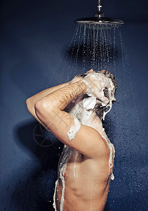 男人淋浴形象图片