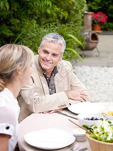 男人和女人坐在花园聊天图片