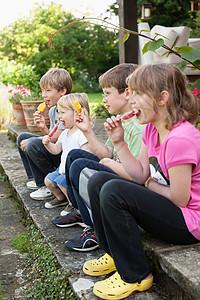 孩子们在户外吃冰棒图片