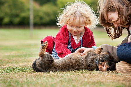 孩子和狗玩耍图片