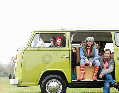 坐在露营车向外看的夫妇图片