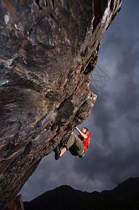 青年男性攀岩图片