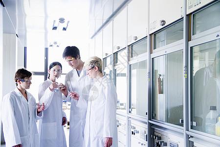 化学系学生在实验室观察化学物质图片