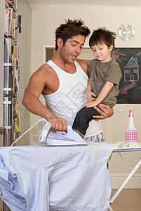 爸爸抱着儿子烫衣服图片
