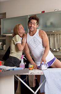 男人烫衣服女人亲吻伴侣图片