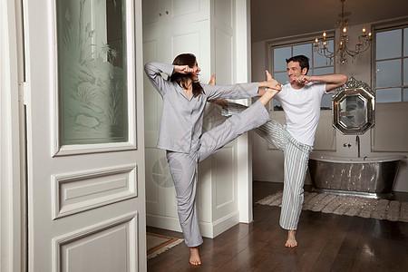 夫妻在家里锻炼图片