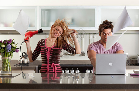 在工作的伴侣旁边吹头发的女人图片