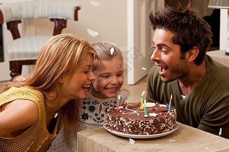父母和孩子过生日吹灭蜡烛图片