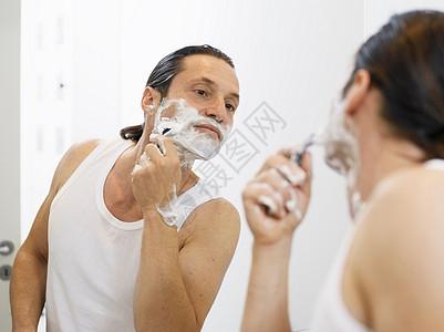 男人在浴室里刮胡子图片
