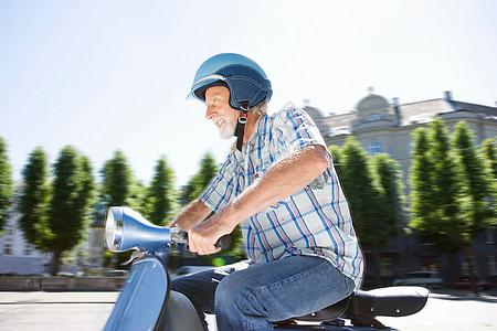 老人骑电动车图片