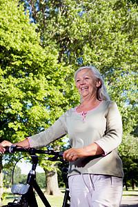 骑自行车的成熟女人图片