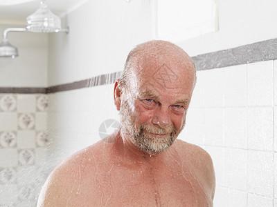 老年人在更衣室洗澡图片