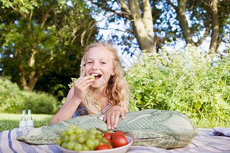 吃葡萄的女孩图片