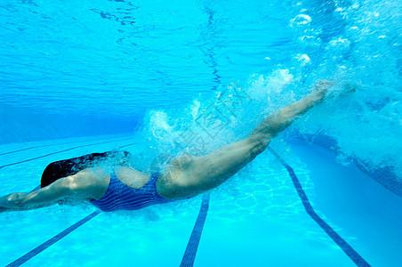 女子游泳池跳水图片