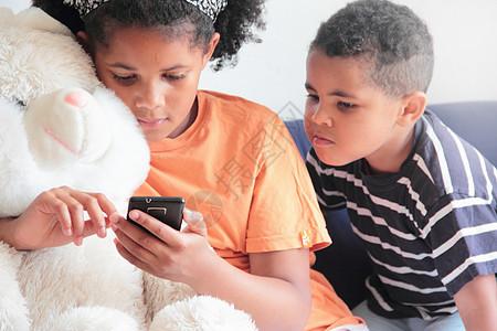 男孩看女孩玩手机图片