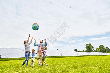 玩气球的家庭图片