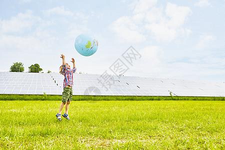 小男孩玩充气球图片